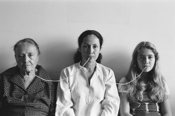 Anna Maria Maiolino Por um Fio [Per un filo] dalla serie Fotopoemação [Foto-poesia-azione], 1976