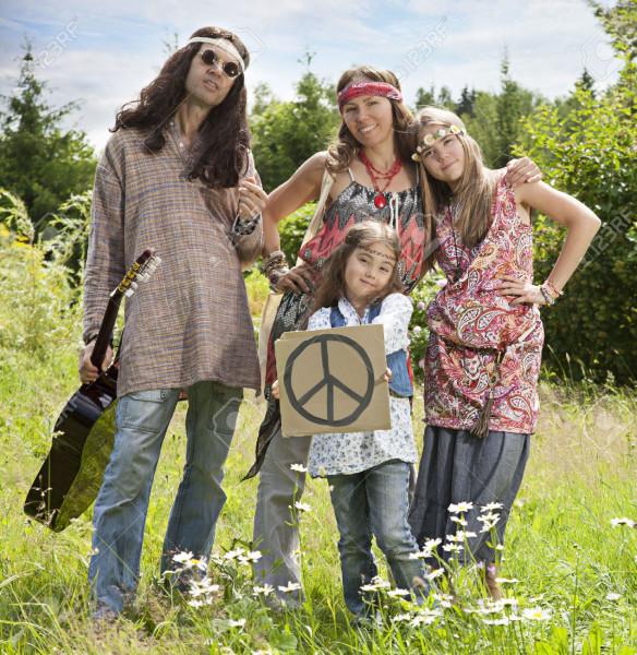 43641614-Ritratto-di-famiglia-hippy-in-piedi-nel-campo-con-il-segno-Pacific--Archivio-Fotografico
